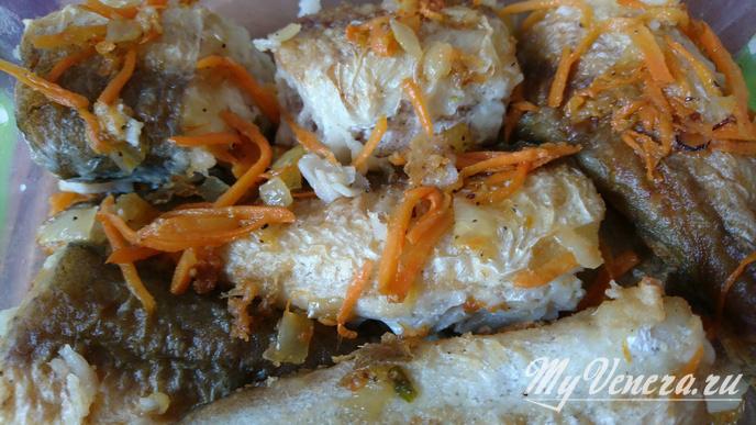 Хек жареный с луком и морковью